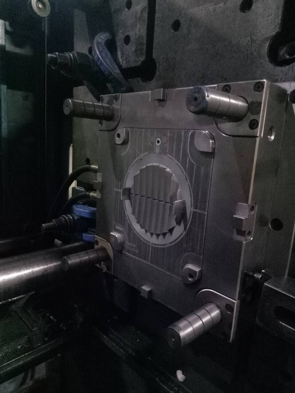 Relationship between injection moulding machine and mold